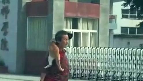 大妈走着走着突然就飞了,大妈:坐好了,奶奶带你飞!