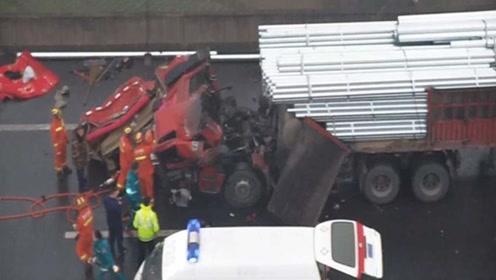 四川广元三辆挂车追尾 一辆挂车车头被削顶 消防紧急救援