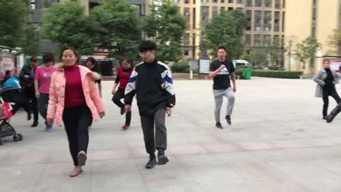 广场超火的懒人散步舞,舞步简单,坚持3分钟,轻松瘦出小蛮腰