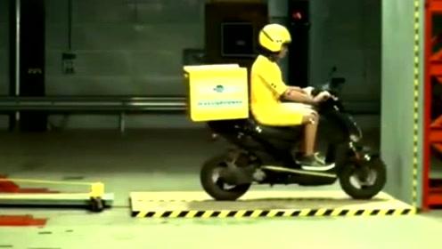 镜头放慢100倍后,我才知道摩托车安全性能有多脆弱!
