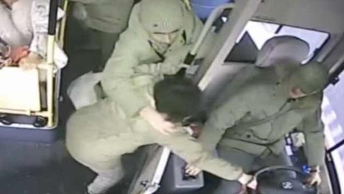 女子坐过站2次疯抢公交车方向盘,被乘客劝阻惹怒相互厮打