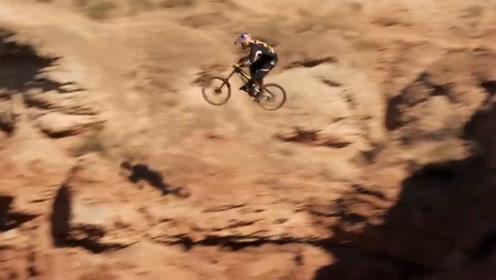 山地自行车失误瞬间,选手看错路标,直接飞下悬崖!