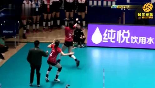 王宝泉说这球是从标志杆外过来的,江苏女排抗议,主裁:我不知道,争球吧