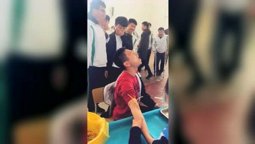 声嘶力竭!高三男生抽血吓成表情包 逗得同学哈哈大笑