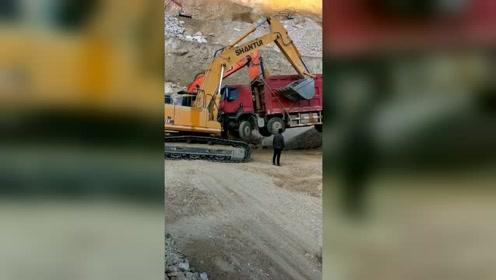 大货车:放我下来,你们2台挖掘机和2台装载机欺负我一个,算什么本事!