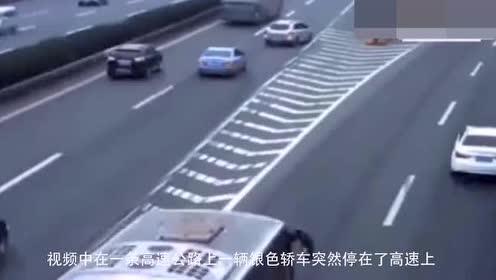 小轿车害人害己!在高速上逗留!这不是找死吗