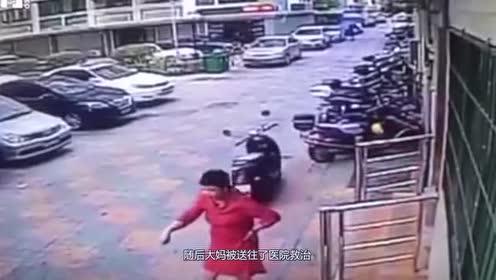 干擅自挪大妈的摩托车?奔驰司机闯下大祸!太低估大妈了