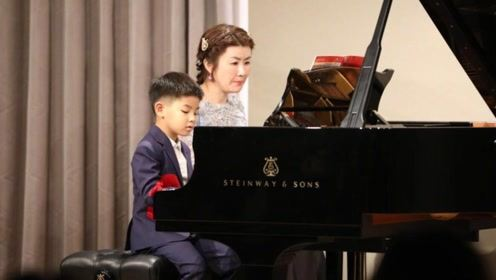 小鱼儿第一次钢琴表演很紧张 胡可送拥抱暖心鼓励