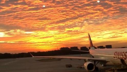 太美了!清晨,北京第一缕阳光映出漫天朝霞 似情侣的初吻