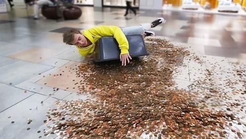 抱着10000枚硬币,摔倒在人群中会怎样?结果太现实了!