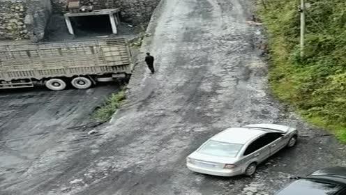 小轿车为了省点油钱!直接把车开到半挂车上!真会想办法