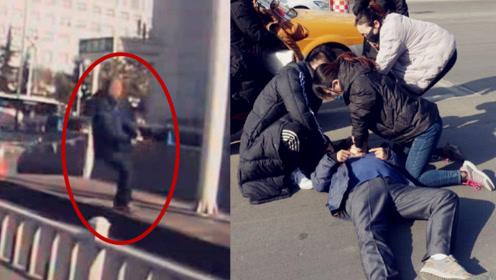 暖!实拍:山东一老人晕倒街头 他跨栏抢救 她跪地做心肺复苏