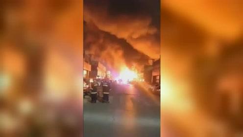 郑州天荣汽配城一商铺起火 现场燃起巨大火球场面吓人