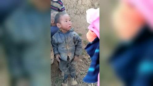 山村的儿童真可怜,感谢好心人捐赠衣物