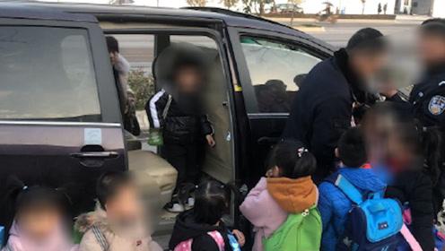 7座的商务车塞14名儿童,家长的回答令交警无语