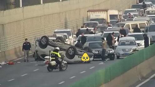 俩司机高架桥上斗气互别,无辜SUV被撞翻滚3圈