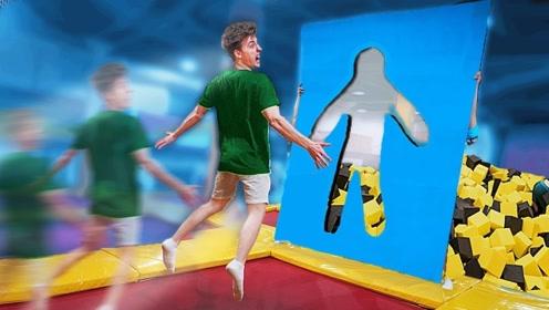 """小伙在蹦床上挑战""""人墙""""!解锁正确姿势才能通过,你敢挑战吗?"""