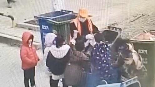 暖化!6名孩子帮环卫工扫街,卖力抬起齐胸高垃圾桶