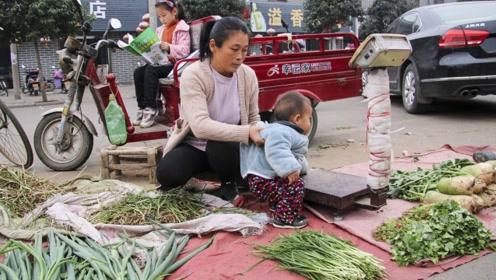 母亲带一对儿女顶寒风街头卖菜 只因一学霸女儿还在重症监护室