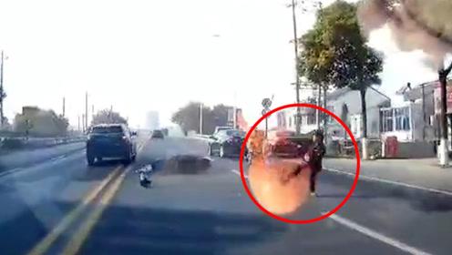 男子骑车倾倒险被来车碾压!瞬间弹起躲至安全地带