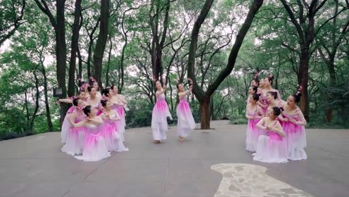 穿上粉色华服,与君共舞《流水桃花》!