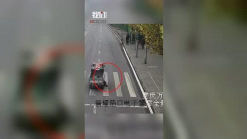 监拍惊险一幕!孩子过马路被撞倒瞬间卷入车底 警民合力抬车