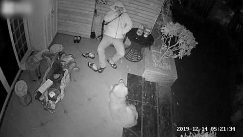 民警加班到凌晨 家门反锁不忍吵醒家人 倚在门口的椅子上睡到天明