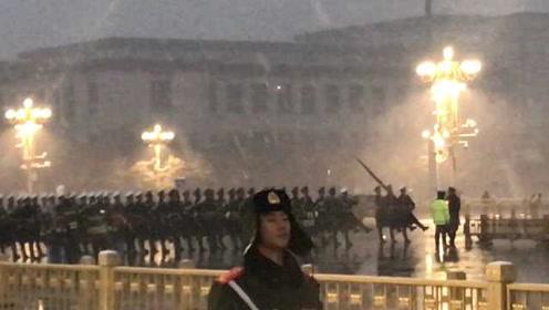 北京再次迎降雪,游客雪中观看升旗仪式
