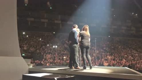 当阿黛尔在伦敦演唱会上唱歌的时候 突然有人现场求婚了!