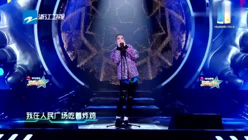 萧敬腾现场翻唱网络歌曲《我在人民广场吃炸鸡》台下田馥甄愣住