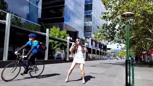 网红朱碧石在澳洲街头尬舞 路过的老外一脸懵逼