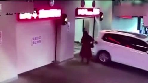 女子走路玩手机误入自动车库 被升降机送到负一层撞伤
