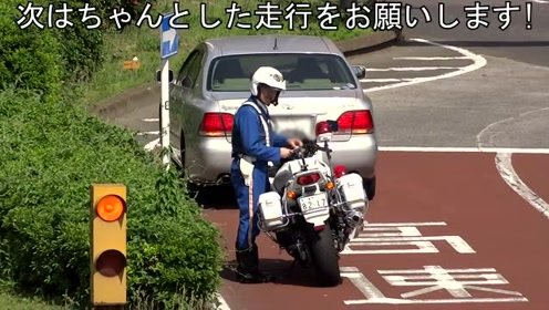 当我在想丰田皇冠车哪里违规时,交警这个举动,让我脸上火辣辣的