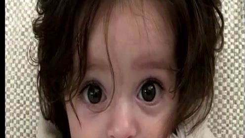 小女孩出生就一头秀发,医生都吓到说不出话了