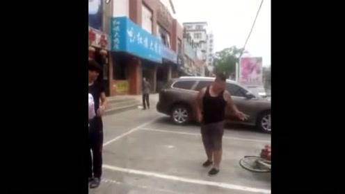 街拍女人按男子在地狂踢,大叔顾着看小情侣当街摔倒好无辜