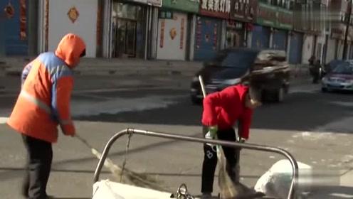 12岁男孩帮爷爷扫大街:过年了能让爷爷早点回家