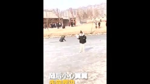 小情侣冰上散步 男子不慎坠河女朋友却开溜