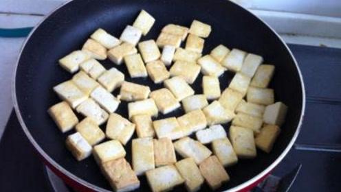 豆腐一炒就碎真难看!大厨教我两招,保证豆腐怎么炒都不会碎