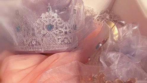 姜思达同学送给谢娜礼物 小皇冠和小纱裙好可爱