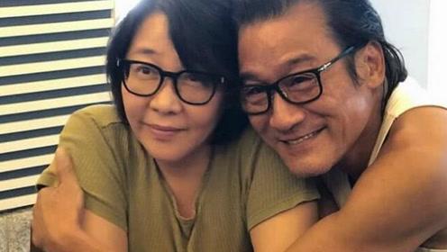 梁家辉甜搂妻子献香吻,庆结婚31周年纪念日