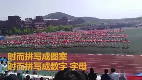 千名学子进行伞操表演 动作整齐划一场面壮观