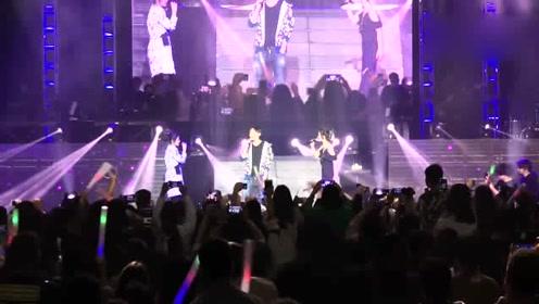 Twins演唱会与男粉丝合唱 阿娇险被对方牵手略显尴尬