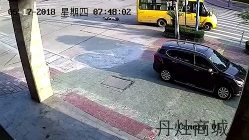 真的看不到吗? 校车撞倒并碾压女子