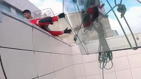 工人150米高空运玻璃绳索断裂 380公斤玻璃摔得粉碎
