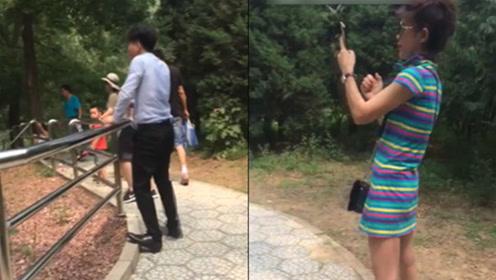 动物园游客扔石挑衅老虎 同伴边拍变鼓动:多扔点