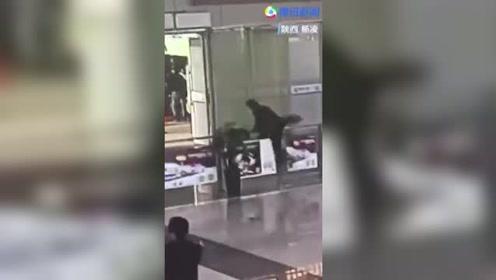 男子强闯高铁站 现场爆粗口撒泼