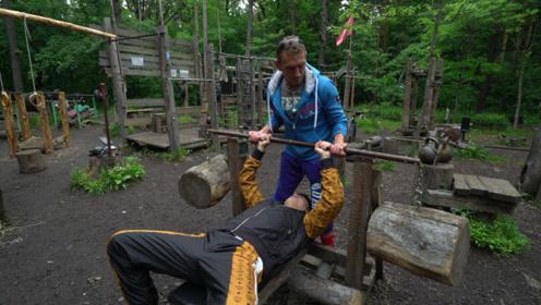 不愧是战斗民族,俄罗斯人竟然用废品在森林里打造了一座健身房