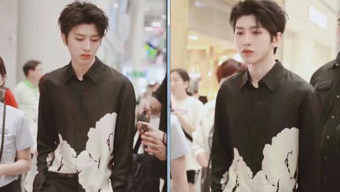 蔡徐坤现身韩国机场回国 一身酷黑神秘又帅气大佬坤