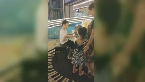 商场偶遇一小朋友弹琴