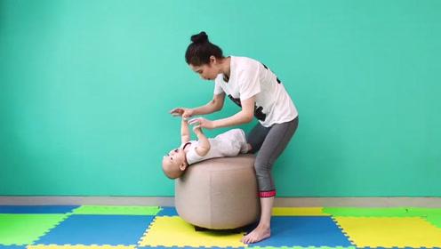 适合三个月宝宝玩的游戏,还可以亲子互动,对宝宝的背部肌肉有好处